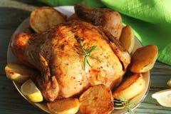 Galinha roasted inteira com batatas e limão imagem de stock royalty free