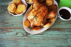 Galinha roasted inteira com batatas e limão Vista superior imagens de stock royalty free
