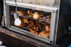 Galinha Roasted no forno bonde com a ampola no mercado do alimento perto de Kew Mae Pan em Chiang Mai, Tailândia Foto de Stock