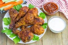 A galinha Roasted serviu com as varas do aipo e de cenoura, molho de queijo roquefort, molho picante Foto de Stock Royalty Free
