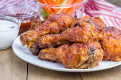A galinha serviu com as varas do aipo e de cenoura, o molho de queijo roquefort e o molho picante Foto de Stock