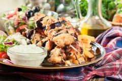 Galinha Souvlaki com batatas fritas e molho do tzatziki imagens de stock royalty free