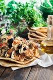 Galinha Souvlaki com pão do pão árabe e molho do tzatziki imagens de stock