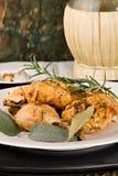 A galinha, stewed no tomate, vinho e erva sauce fotos de stock