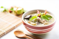 Galinha verde em uma bacia, alimento tailandês do caril Foto de Stock
