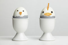 Galinhas fervidas do ovo em uns copos de ovo Imagem de Stock