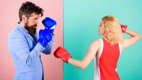 ?galit? entre les sexes Costume formel d'homme et combat sportif de boxe de femme Couplez dans l'amour concurren?ant dans la boxe photographie stock libre de droits