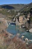 Galizischer Fluss mit seinen Glazial- Wasser, wie er durch Riglos-Dorf überschreitet Landschaften, Natur, Geologie 28. Dezember 2 stockfoto