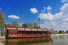Galjoen schip-restaurant in Mezhyhirya - vroegere woonplaats van ex-voorzitter Yanukovich Royalty-vrije Stock Foto