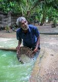 Galle Sri Lanka - April 14, 2017: Lokalt manknä djupt i hål f Arkivbild