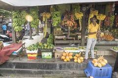 Galle Sri Lanka - April 11 2017: Marknadsföra säljareanseendet på en stall med olika typer av bananer Royaltyfria Bilder