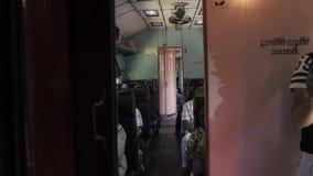 GALLE, SRI LANKA - 13 DE ENERO DE 2017: Gente local en el tren que mira a través de ventana Los trenes son muy baratos y mal almacen de video