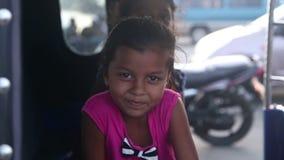 GALLE, SRI LANKA - 7 DE MARÇO DE 2014: Menina local bonito que sorri e que levanta para a câmera Os povos locais em Sri Lanka são vídeos de arquivo
