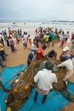 Galle, Sri Lanka - 19 de octubre de 2013: Los pescadores se están volviendo de la pesca Imagen de archivo libre de regalías