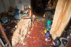 GALLE, SRI LANKA - EM JANEIRO DE 2016: Woodcarver Working na oficina fotografia de stock