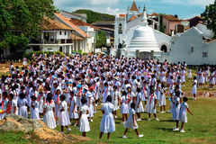 Galle, Sri Lanka - J31 Januari, 2017: Vesting Galle, Sri Lanka, mening op Shri Sudharmalaya Buddhist Temple-schoolmeisjes prac ti Royalty-vrije Stock Foto's