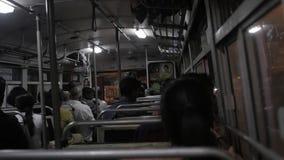 GALLE SRI LANKA - JANUARI 13, 2017: Lokalt folk i bussen som ser till och med fönster Drev är mycket billiga och dåligt lager videofilmer