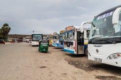 GALLE, SRI LANKA - JULI 12, 2016: Bussen bij een busstation in Gal stock foto's