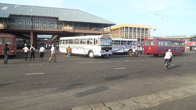 GALLE, SRI LANKA - 7. MÄRZ 2014: Busse vor zentralem Busbahnhof Busse sind das Haupttransportmittel im Land stock video footage
