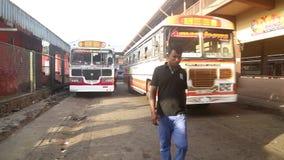 GALLE, SRI LANKA - 7. MÄRZ 2014: Busse vor zentralem Busbahnhof Busse sind das Haupttransportmittel im Land stock footage