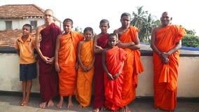 GALLE, SRI LANKA - MÄRZ 2014: Die Ansicht von buddhistischen Mönchen in einem buddhistischen Tempel in Galle Galle ist das Verwal stock video footage