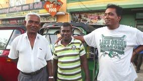GALLE, SRI LANKA - MÄRZ 2014: Die Ansicht von ein drei Einheimisches tuktuk Treiber auf der Straße in Galle Tuktuk-Treiberaufschl stock footage