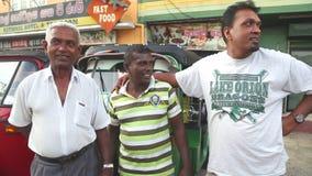 GALLE, SRI LANKA - MÄRZ 2014: Die Ansicht von ein drei Einheimisches tuktuk Treiber auf der Straße in Galle Tuktuk-Treiberaufschl stock video