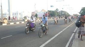 GALLE, SRI LANKA - 7. MÄRZ 2014: Fußgänger und Fahrzeuge auf beschäftigter Galle-Straße stock video