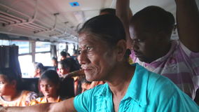 GALLE, SRI LANKA - MÄRZ 2014: Innenansicht einer älteren Frau und in einem Bus von Galle zu Hikkaduwa gedrängt Busse sind die Hau stock footage
