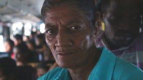 GALLE, SRI LANKA - MÄRZ 2014: Innenansicht einer älteren Frau und in einem Bus von Galle zu Hikkaduwa gedrängt Busse sind die Hau stock video footage