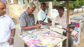 GALLE, SRI LANKA - 7. MÄRZ 2014: Kaufende Lottoscheine der Leute auf Straßenstand stock footage