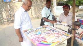 GALLE, SRI LANKA - 7. MÄRZ 2014: Kaufende Lottoscheine der Leute auf Straßenstand stock video footage