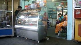 GALLE, SRI LANKA - 7. MÄRZ 2014: Leute im lokalen Gemischtwarenladen Lokale Leute in Sri Lanka sind zu den Touristen sehr freundl stock video footage