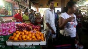 GALLE, SRI LANKA - 7. MÄRZ 2014: Leute im lokalen Gemischtwarenladen Lokale Leute in Sri Lanka sind zu den Touristen sehr freundl stock footage