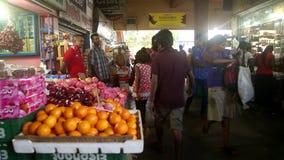 GALLE, SRI LANKA - 7. MÄRZ 2014: Leute im lokalen Gemischtwarenladen Lokale Leute in Sri Lanka sind zu den Touristen sehr freundl stock video
