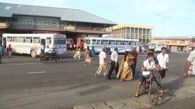 GALLE, SRI LANKA - 7. MÄRZ 2014: Leute und Busse vor zentralem Busbahnhof Busse sind das Haupttransportmittel im c stock video footage