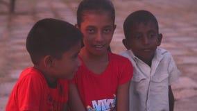GALLE, SRI LANKA - 7. MÄRZ 2014: Lokale Kinder, die für Kamera aufwerfen Lokale Leute in Sri Lanka sind zu den Touristen sehr fre stock video
