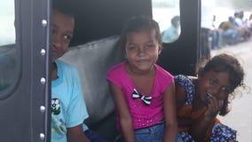 GALLE, SRI LANKA - 7. MÄRZ 2014: Lokale Kinder, die für Kamera aufwerfen Lokale Leute in Sri Lanka sind zu den Touristen sehr fre stock video footage