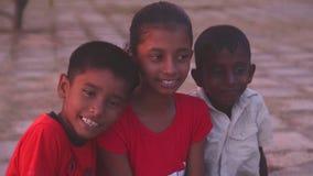 GALLE, SRI LANKA - 7. MÄRZ 2014: Lokale Kinder, die für Kamera aufwerfen Lokale Leute in Sri Lanka sind zu den Touristen sehr fre stock footage