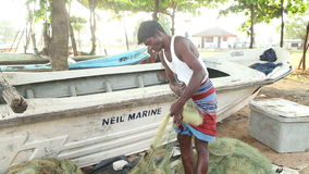 GALLE, SRI LANKA - MÄRZ 2014: Lokaler Fischer, der an einem Strand in Galle arbeitet Galle ist die Verwaltungs- Hauptstadt von Sü stock footage