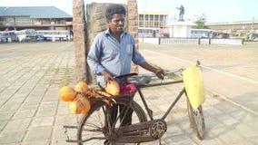 GALLE, SRI LANKA - 7. MÄRZ 2014: Lokaler Mann, der Frucht auf seinem Fahrrad verkauft Das Radfahren ist der Haupttransport für da stock footage