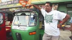 GALLE, SRI LANKA - MÄRZ 2014: Lokaler tuktuk Fahrer auf der Straße in Galle Tuktuk-Treiber dient als Taxis für Einheimische und T stock footage