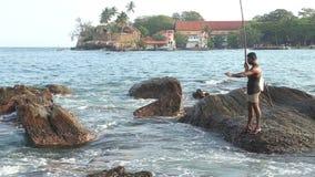 GALLE, SRI LANKA - MÄRZ 2014: Lokales Fischerfischen von einem Felsen in Galle Diese Leute finden es schwieriger, ein Leben zu ma stock video