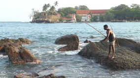 GALLE, SRI LANKA - MÄRZ 2014: Lokales Fischerfischen von einem Felsen in Galle Diese Leute finden es schwieriger, ein Leben zu ma stock footage