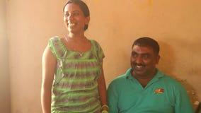 GALLE, SRI LANKA - 7. MÄRZ 2014: Lokales verheiratetes Paar, das für Kamera aufwirft Lokale Leute in Sri Lanka sind zu den Touris stock video footage