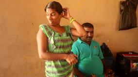 GALLE, SRI LANKA - 7. MÄRZ 2014: Lokales verheiratetes Paar, das für Kamera aufwirft Lokale Leute in Sri Lanka sind zu den Touris stock video