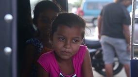 GALLE, SRI LANKA - 7. MÄRZ 2014: Nettes lokales Mädchen, das für Kamera lächelt und aufwirft Lokale Leute in Sri Lanka sind zu zu stock footage