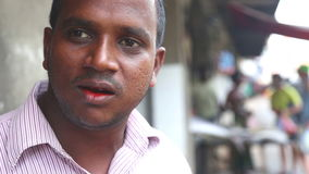 GALLE, SRI LANKA - MÄRZ 2014: Porträt des Mannes mit rotem Mund vom Essen paan, das schließlich weg an Ihren Zähnen isst stock video footage