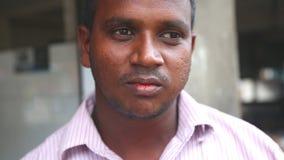 GALLE, SRI LANKA - MÄRZ 2014: Porträt des Mannes mit rotem Mund vom Essen paan, das schließlich weg an Ihren Zähnen isst stock video