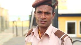 GALLE, SRI LANKA - MÄRZ 2014: Porträt eines lokalen Schutzes auf der Straße in Galle Galle ist das Verwaltungskapital südlichen P stock footage